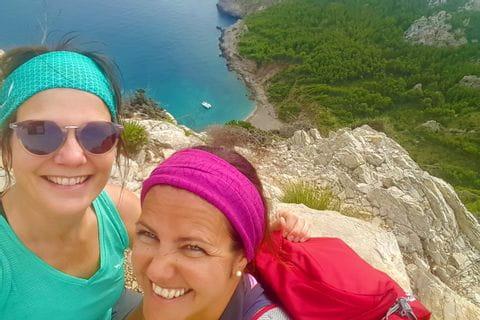 Wanderinnen vor der blauen Bucht in Alcudia