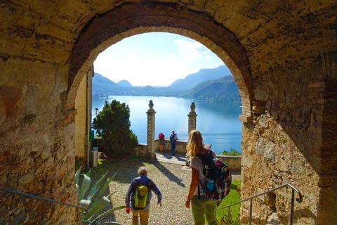 Wanderer am Borgo Antico im Tessin