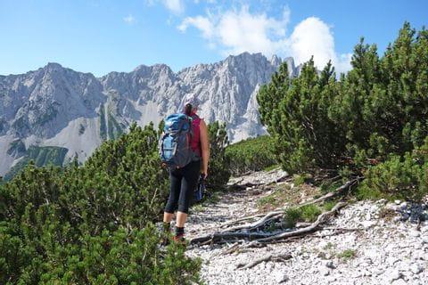 Wanderer am wilden Bandesteig entlang des Tirolerweges nach Innsbruck