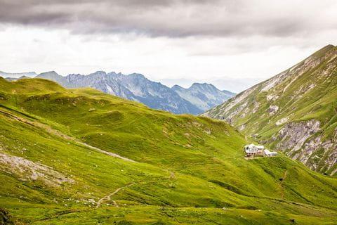 Wanderweg über Almwiesen zur Kemptnerhütte