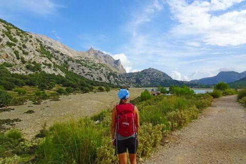 Wanderin vorm Cuber Stausee auf Mallorca