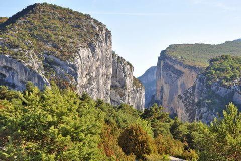 Panoramablick auf die Berggipfel der Gorge du Verdon