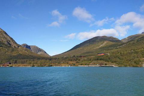 Schöne Wanderungen an den malerischen Seen und durch die hügelige Landschaft