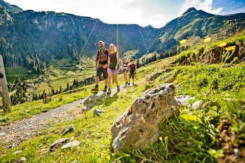 Familie beim Wandern im Salzburger Pinzgau