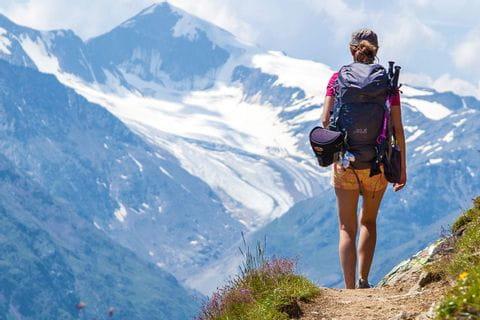 Wanderer genießt die traumhafte Berggipfelaussicht