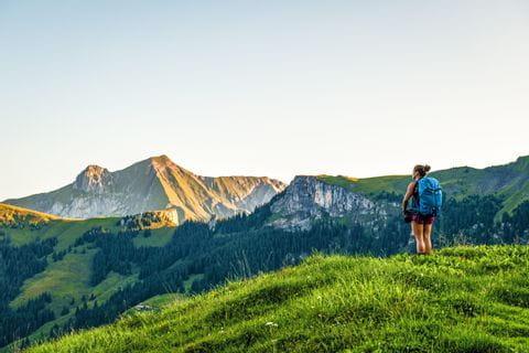 Wanderer genießt den Ausblick von Reichenau im Kandertal