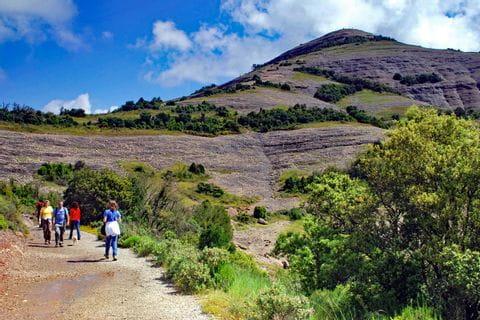 Wanderer auf guten Wanderwegen am El Montcau
