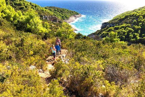 Wanderer unterwegs in kroatischer Landschaft