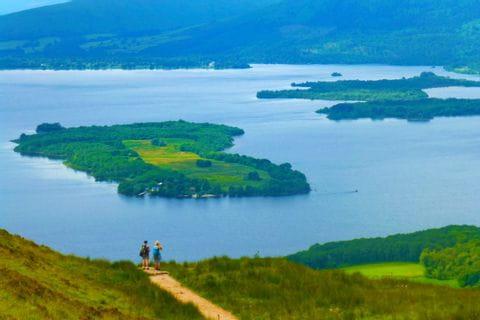Wanderer am glasklaren Loch Lomond