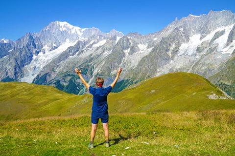 Wanderin im alpinen Gelände am Mont Blanc