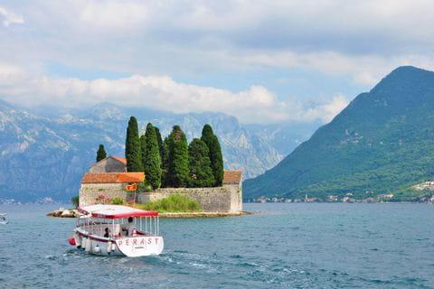 Bootsfahrt in der Bucht von Kotor nach Perast
