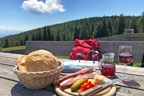 Almjause mit Vernatsch beim Wandern in Südtirol