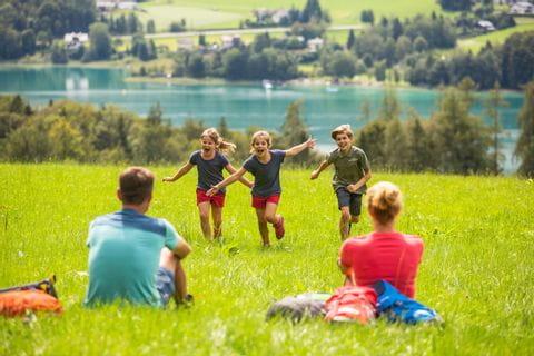 Familie mit Blick auf den Wolfgangsee