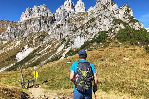 Wanderer vor den schroffen Berggipfeln am Gosaukamm