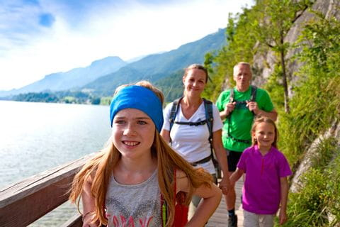 Familie wandert am See