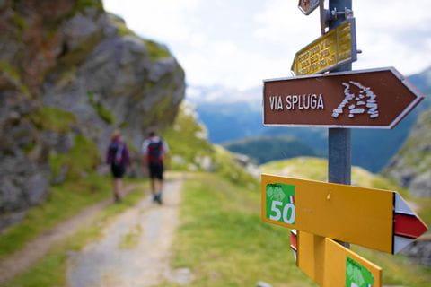 Wanderwegweiser auf der Via Spluga