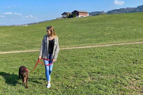 Katharina geht mit ihrem Hund spazieren