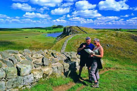 Wanderkarten und Wanderer am Hadrians Wall