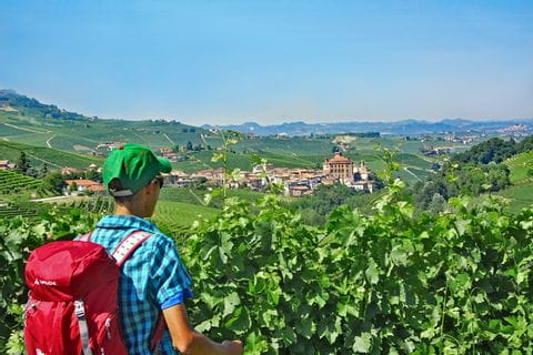 Wanderer mit Aussicht auf Piemont