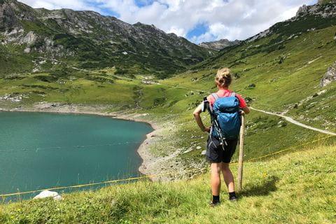 Wanderrast am schönen Formarinsee bei Lech am Arlberg