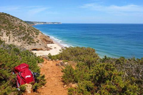 Wanderrucksack vor Wanderpanorama in einer algarvischen Bucht