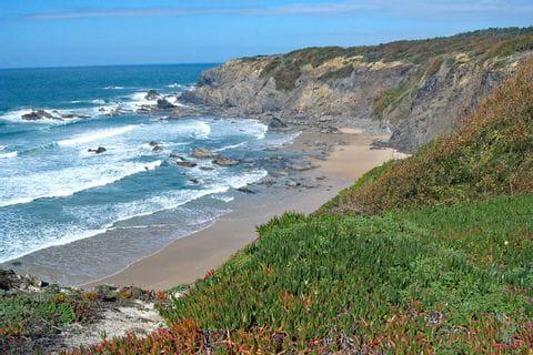 Umwerfende Küstenblicke am Strand Praia do Machados