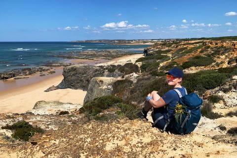 Wanderer blickt auf die Küste