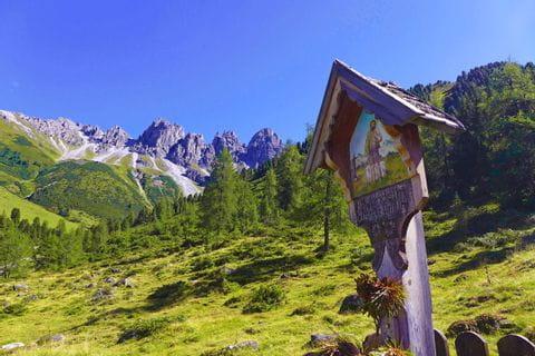 Wanderer auf Almwiese nahe Innsbruck