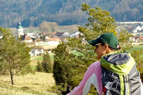 Hiker on their way through the Altmühltal valley
