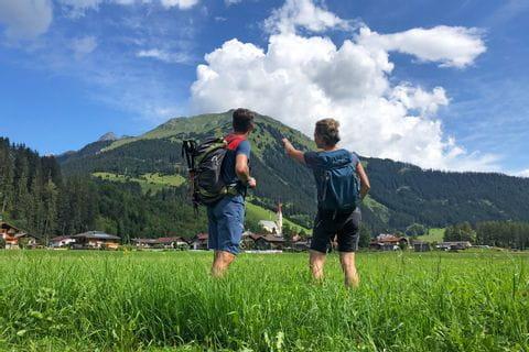 Wanderer in traumhafter Natur am Lechweg