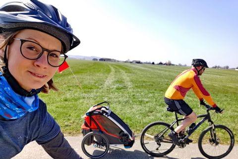 Gudrun beim Radfahren mit ihrer Familie