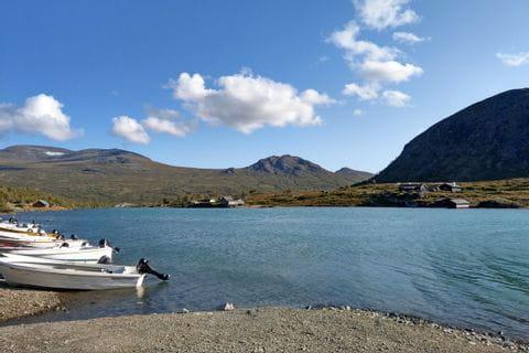 großartiger Seeblick mit Fischerbooten auf die Berglandschaft des Nationalparks