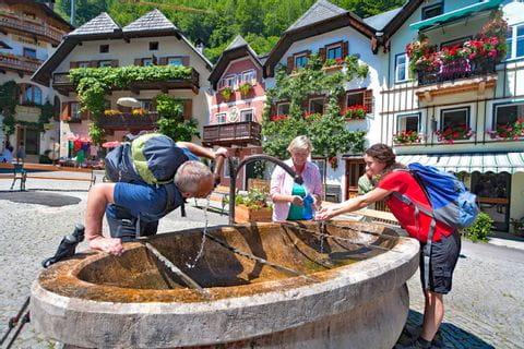 Wanderrast am Trinkbrunnen im Herzen Hallstatts