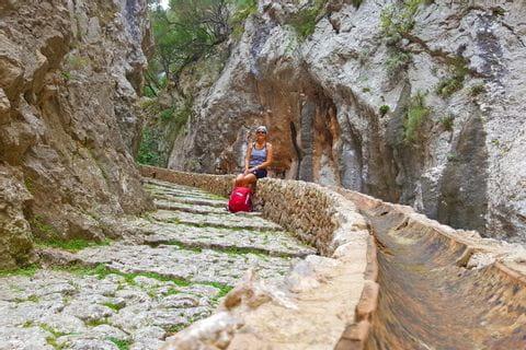 Wanderin am Wanderweg durchs Tramuntana Gebirge