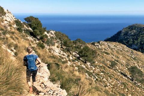 Wanderer mit Ausblick auf die Küste