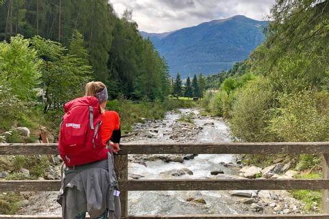 Wanderer mit Ausblick auf den Fluss