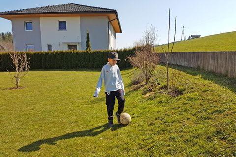 Julian beim Fußballspielen im Garten