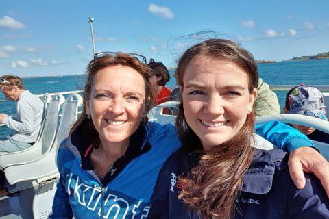 Madlene und ihre Mama auf einer Bootstour in der Bretagne