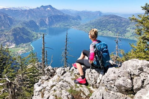Hiker with panorama of the Attersee