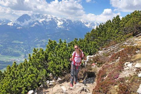 Wanderin auf Wanderpfad mit Bergpanorama im Salzkammergut