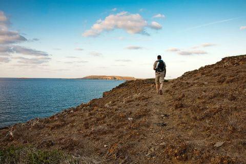 Wanderer auf Küstenwegen in Menorca