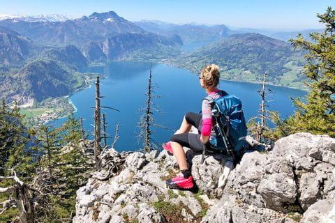 Wanderin mit Panoramablick auf den Attersee