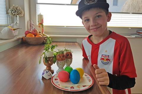 Julian mit seinen selbst gefärbten Ostereiern