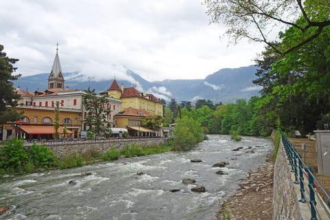 Fluss mit Ausblick auf die Stadt