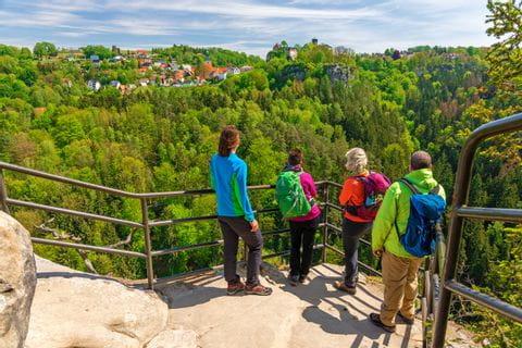 Wanderer auf Aussichtsplattform am Malerweg