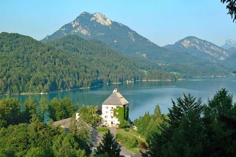 Trekking mit Blick auf See und Schloss Fuschl