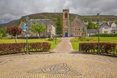 Ortsplatz in Fort William mit Blick auf die Kirche