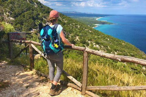 Frau Brechtold an Sardiniens Ostküste
