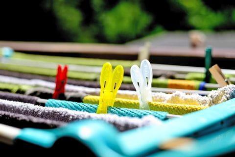 Wäsche trocknet auf Wäscheständer