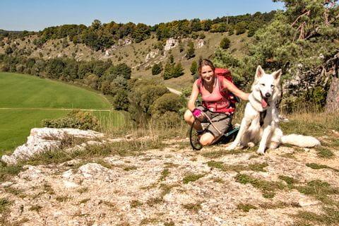 Maddie Pagenkemper mit ihrem Hund am Altmühltal-Panoramaweg